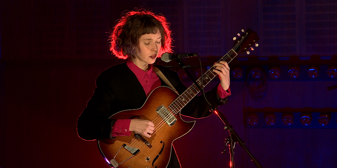 Mira Lu Kovacs mit Gitarre