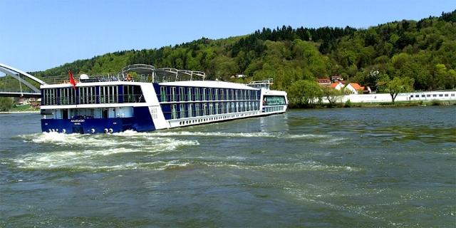 Donauschiff vollzieht Wendemanöver