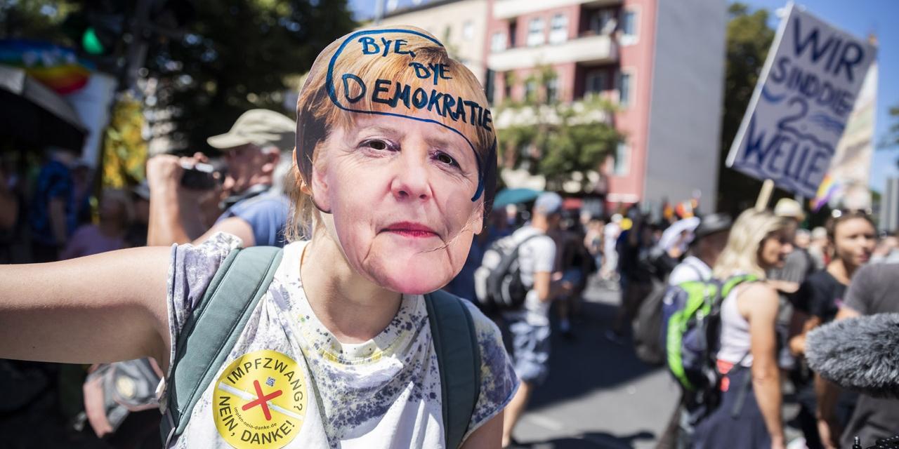 """Menschen auf der """"Querdenker""""-Demo in Berlin im August 2020"""