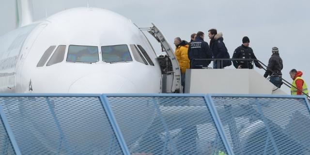 Menschen steigen in ein Flugzeug für ihre Aschiebung