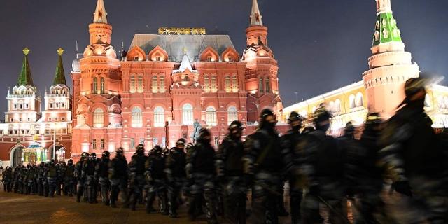 Law enforcement officers block Moscow's Manezhnaya Square on February 2, 2021 bei Protesten gegen die Inhaftierung Nawalnys