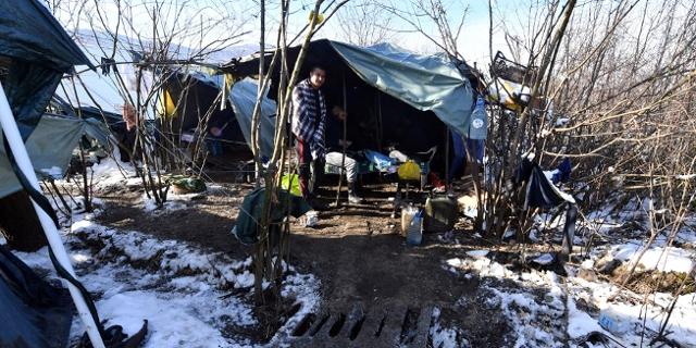 Migranten und Flüchtlingen in improvisierten Lagern in Bosnien