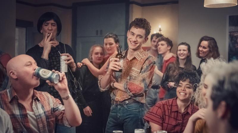 Eine Gruppe fröhlicher, junger Leute