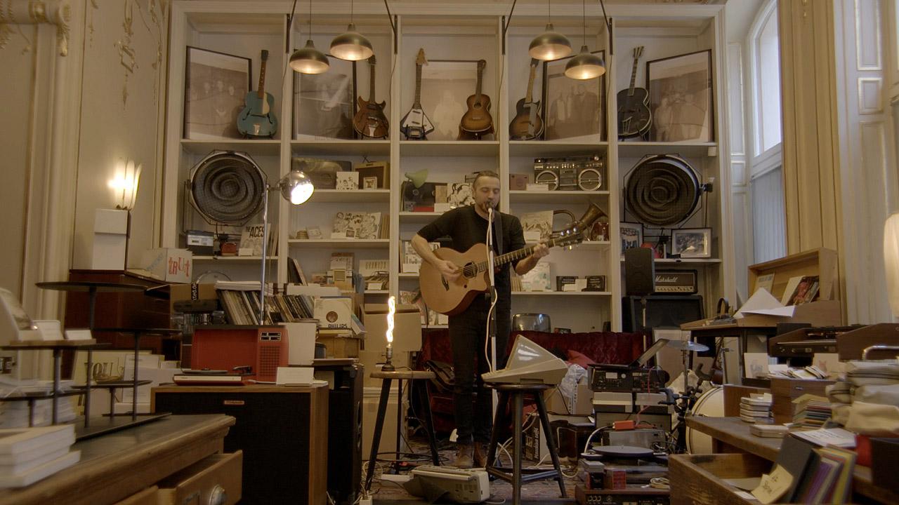 Null in einem Zimmer voller Bücher und Instrumente