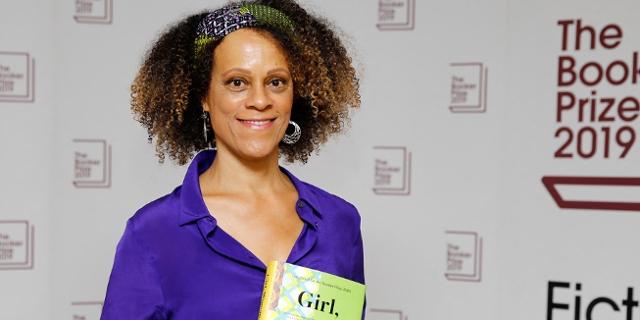 Bernardine Evaristo posiert mit einem Buch bei den Booker Awards, den sie später gewinnen sollte