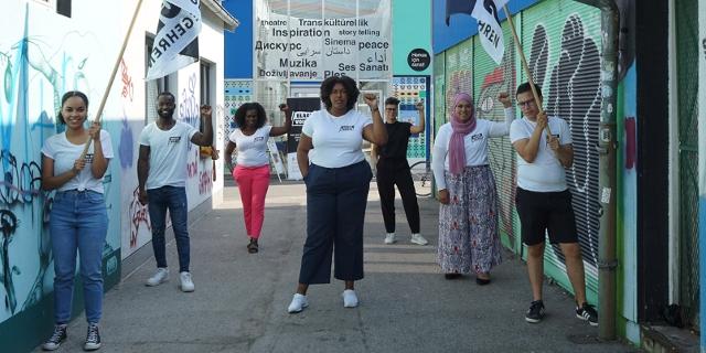 Die Initiator*innen des Black Voices Volksbegehrens um Noomi Anyanwu am Wiener Brunnenmarkt heben die rechte Faust