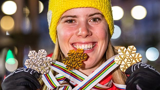 Katharina Liensberger mit ihren Medaillen in Cortina D'Ampezzo