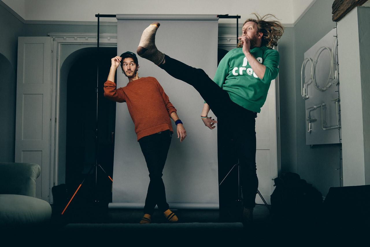 Smith & Burrows - einer der beiden versucht einen Karatekick