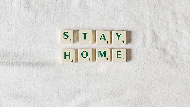 """""""Stay Home"""" geschrieben mit Scrabble-Steinen"""
