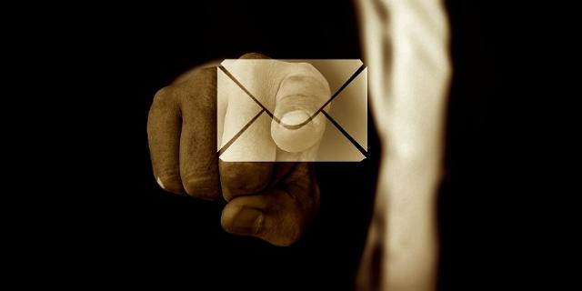 Ausgestreckte Hand zeigt auf Email Symbol