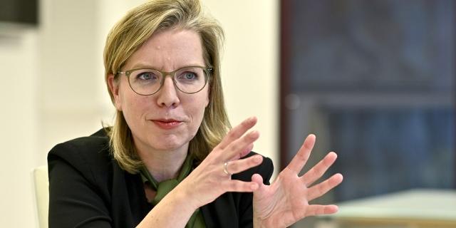 Klimaministin Leonore Gewessler bei einem Interviewtermin