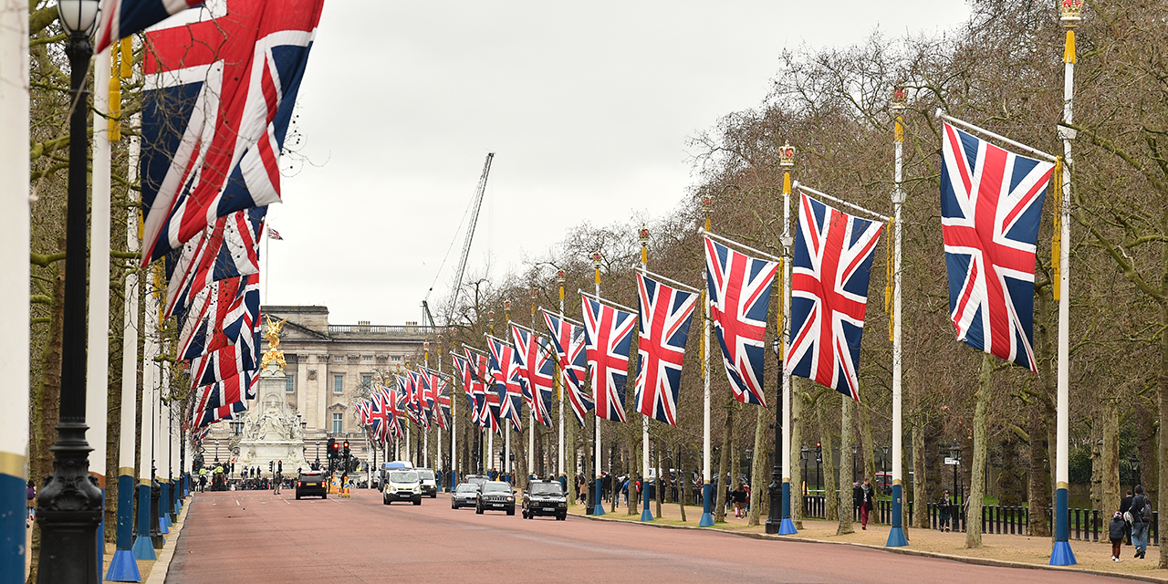 The Mall in London dekoriert mit vielen GB-Flaggen