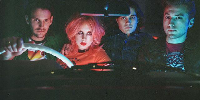 Band Black Honey in einem Auto