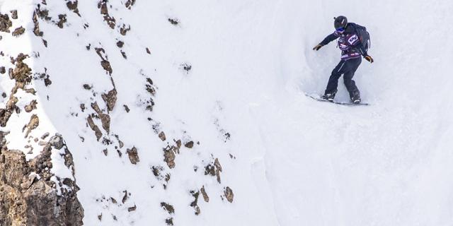 Snowboarderin Manuela Mandl in einer sehr steilen Rinne