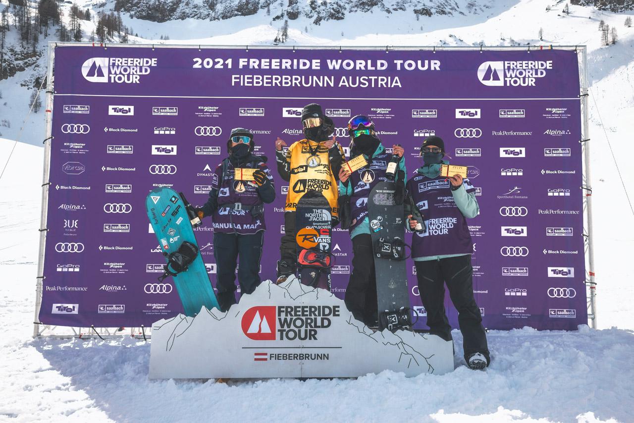 Die vier besten Snowboarderinnen der Freeride World Tour 2021, ganz links am Podium Manuela Mandl