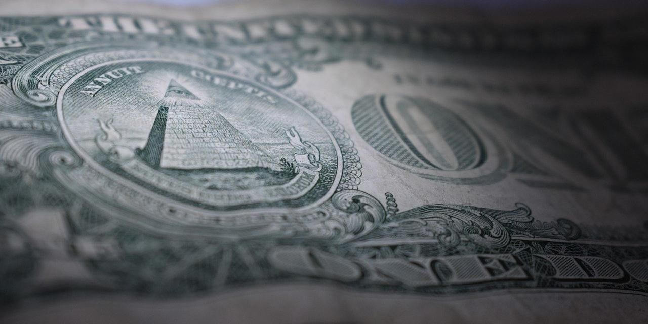 Geldschein mit Fokus auf Pyramide