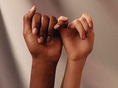 Zwei Hände mit den kleinen Fingern eingehakt