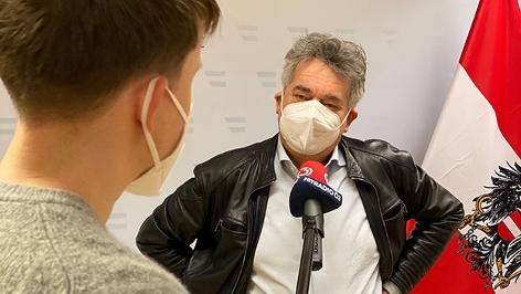Ö3-Reporter Max Bauer und Vizekanzler Werner Kogler