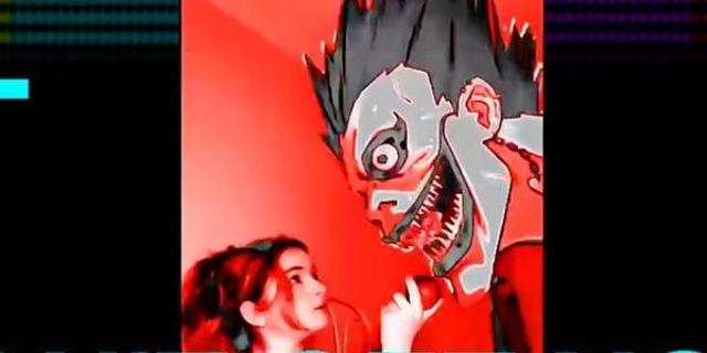 """Filmstill aus Adam Curtis """"Can't Get You Out of My Head"""". Junge Frau blickt zu Manga-Comic-Figur mit aufgerissenem Mund auf"""