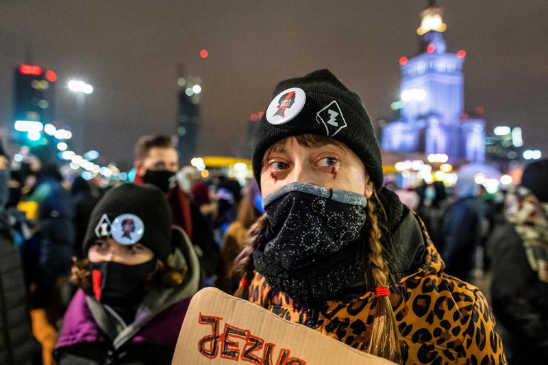 Demonstration in Polen für das Recht auf Abtreibung. Symbol ist ein roter Blitz.