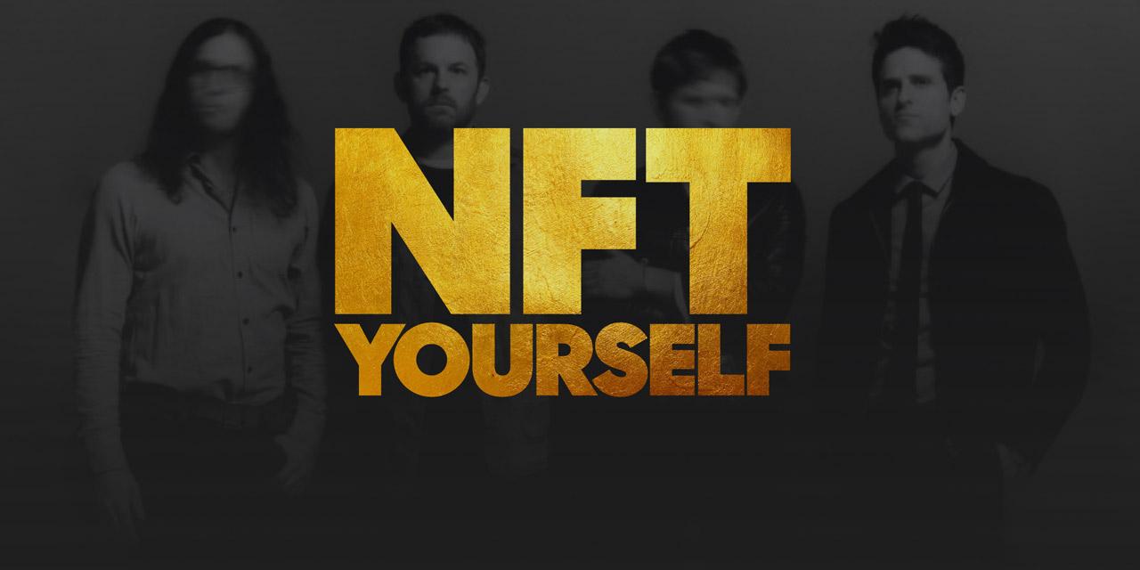 """Kings of Leon mit einem Sticker mit der Aufschrift """"NFT Yourself"""""""