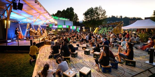 Open-Air-Bühne für das Poolbar Festival