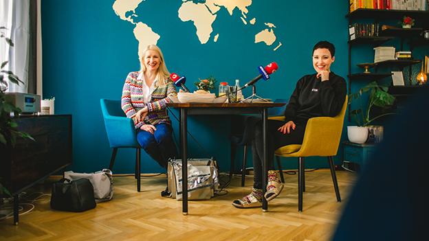 Claudia Stöckl und Ina Regen an einem gedeckten Tisch