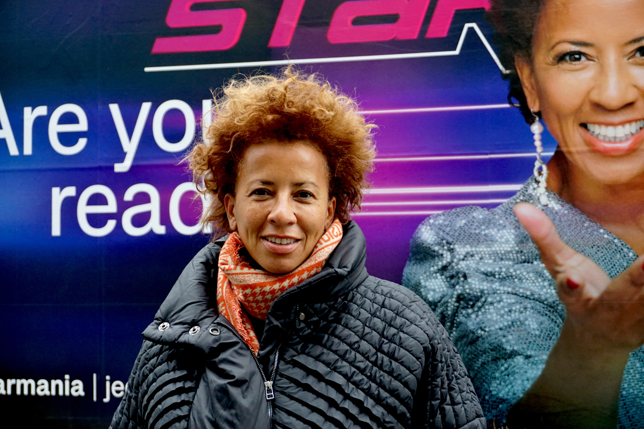 Arabella Kiesbauer vor einem Plakat, auf dem sie selbst ist