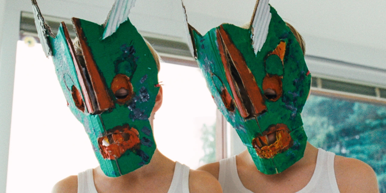 Zwei Buben mit Masken