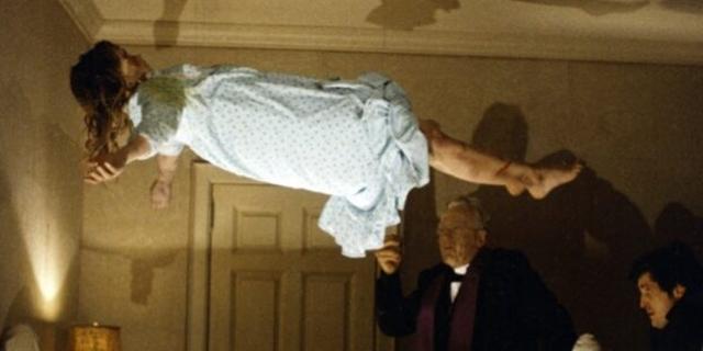 """Szene aus """"Der Exorzist"""": Mädchen fliegt über seinem Bett"""