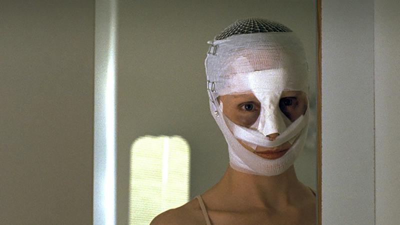 Mutter mit Gesichtsbandage