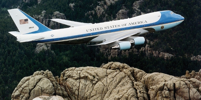 Die Air Force One fliegt über felsiges Gebiet