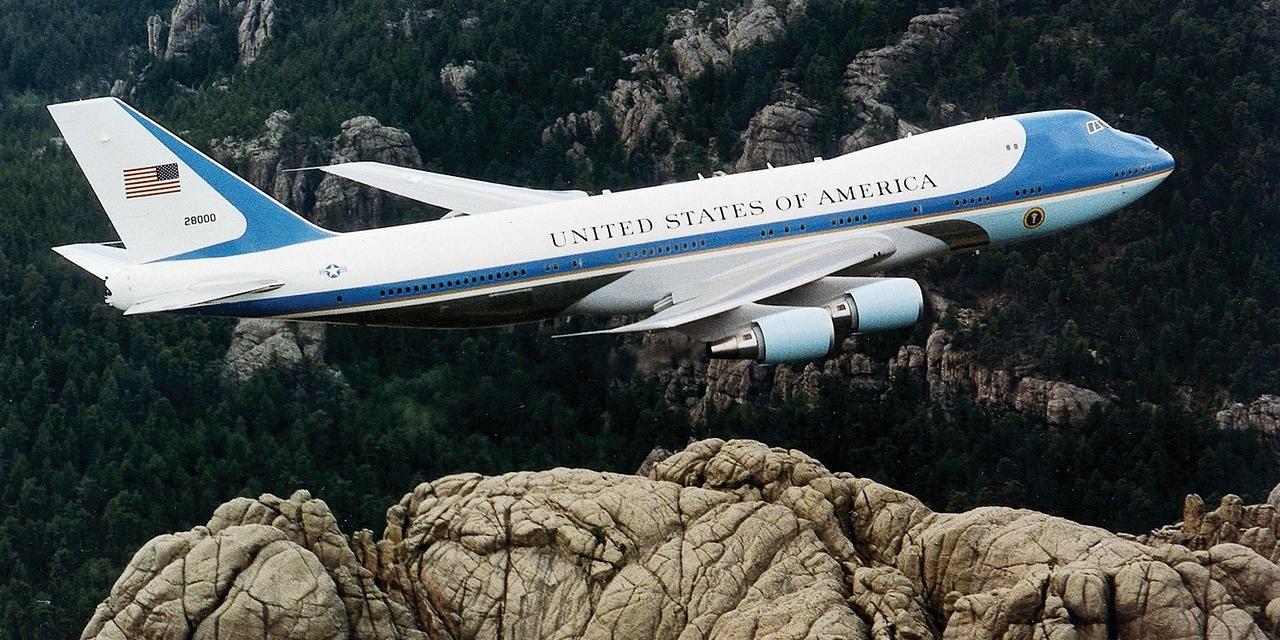 Die Air Force One fliegt über felsiges Gebiet