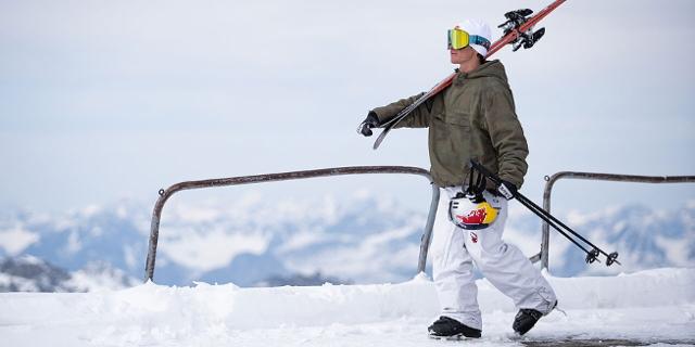Matej Svancer trägt seine Ski