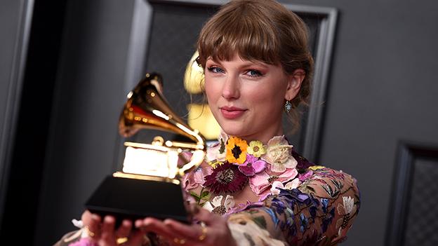 Taylor Swift mit Grammy 2021