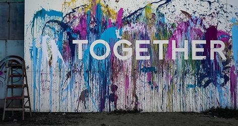 """Bunte Wand mit """"Together""""-Schriftzug"""