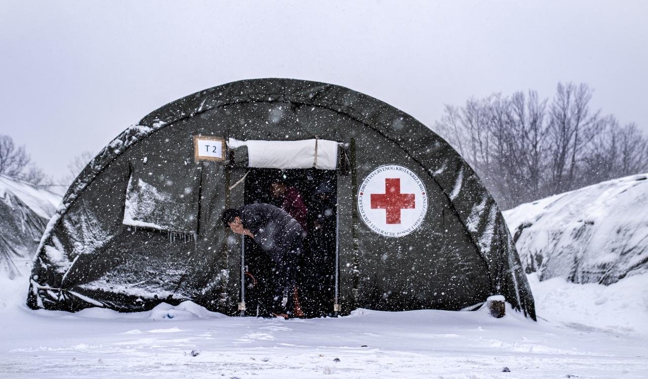 Zelt im Schnee mit Geflüchtetem