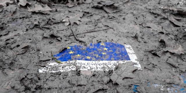 EU-Flagge im Schlamm