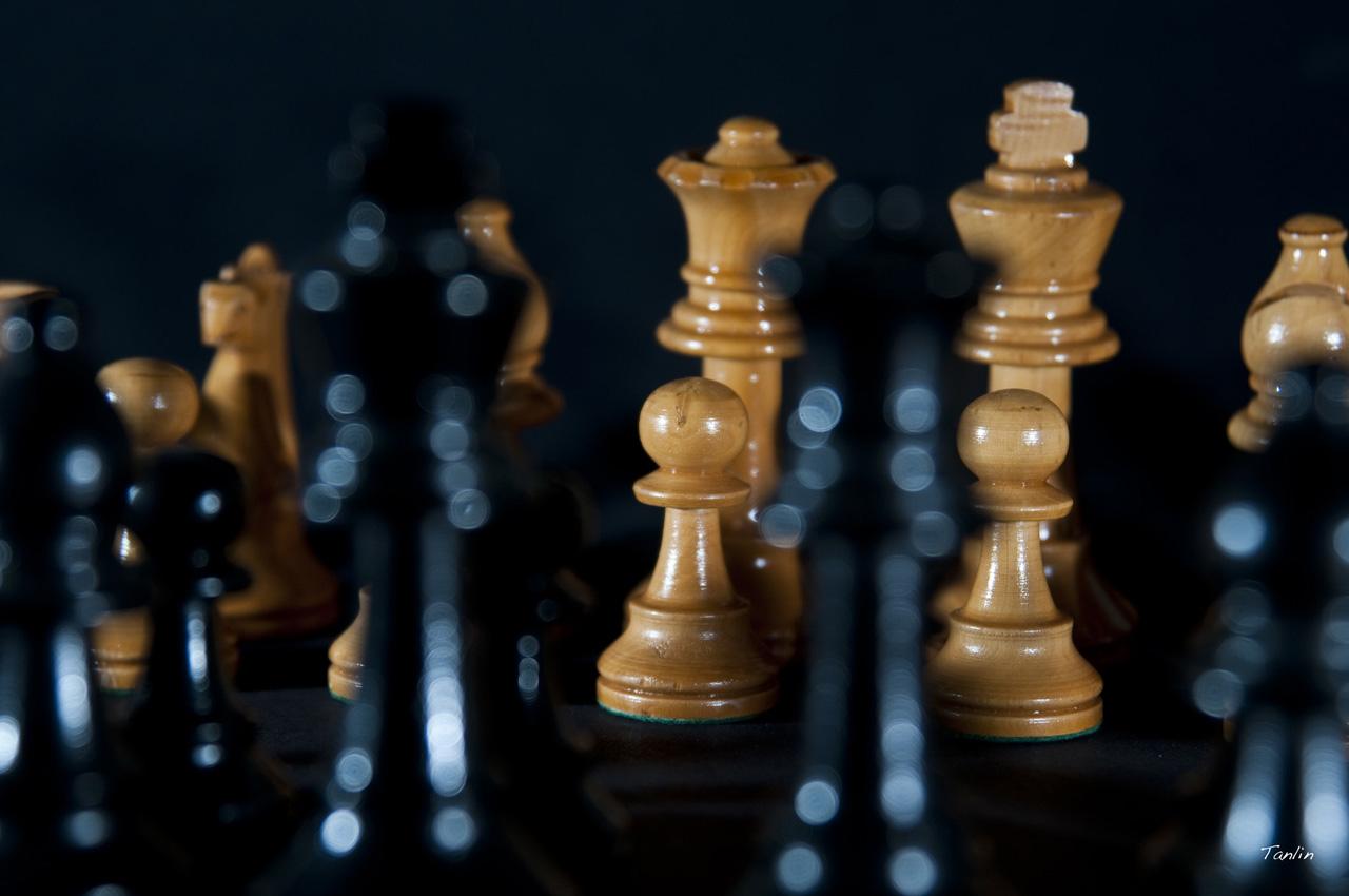 Ein Schachbrett mit Figuren.