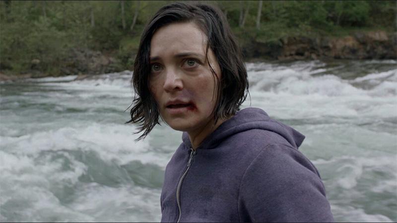 """Filmstills aus """"Alone"""". Eine junge Frau am Fluss und ein mittelalter Mann mit Bart und Brille"""