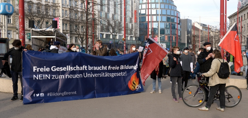 """Die Initiative """"Bildung brennt"""" demonstriert gegen die UG-Novelle."""