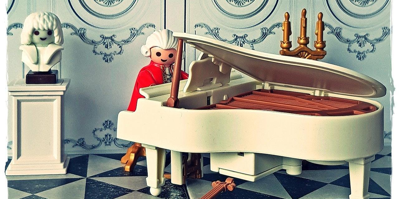 Playmobilfigur von Wolfgang Amadeus Mozart am Klavier