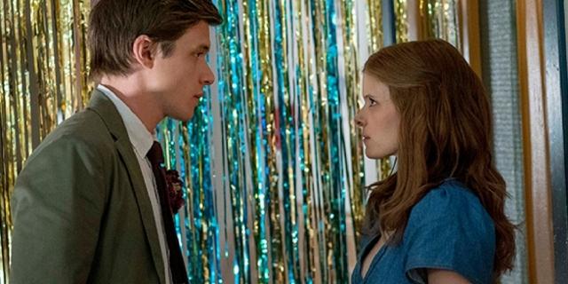 """Nick Robinson und Kate Mara als Schüler und Lehrerin in dem High-School-Drama """"A Teacher"""" am Schulball."""