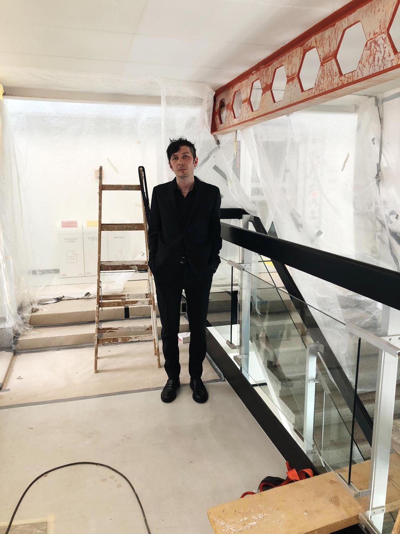 Ja, Panik haben schon immer das Einreißen und neu Aufbauen geliebt. Hier steht Andreas Spechtl mitten in der FM4-Baustelle, kurz nach dem Interview.