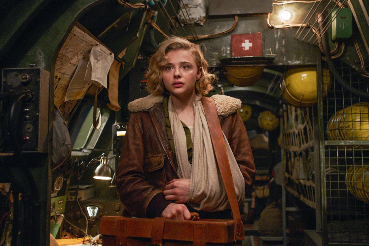 """Filmstills aus """"Shadow in the Cloud"""", Frau in einem historischen Flugzeug"""