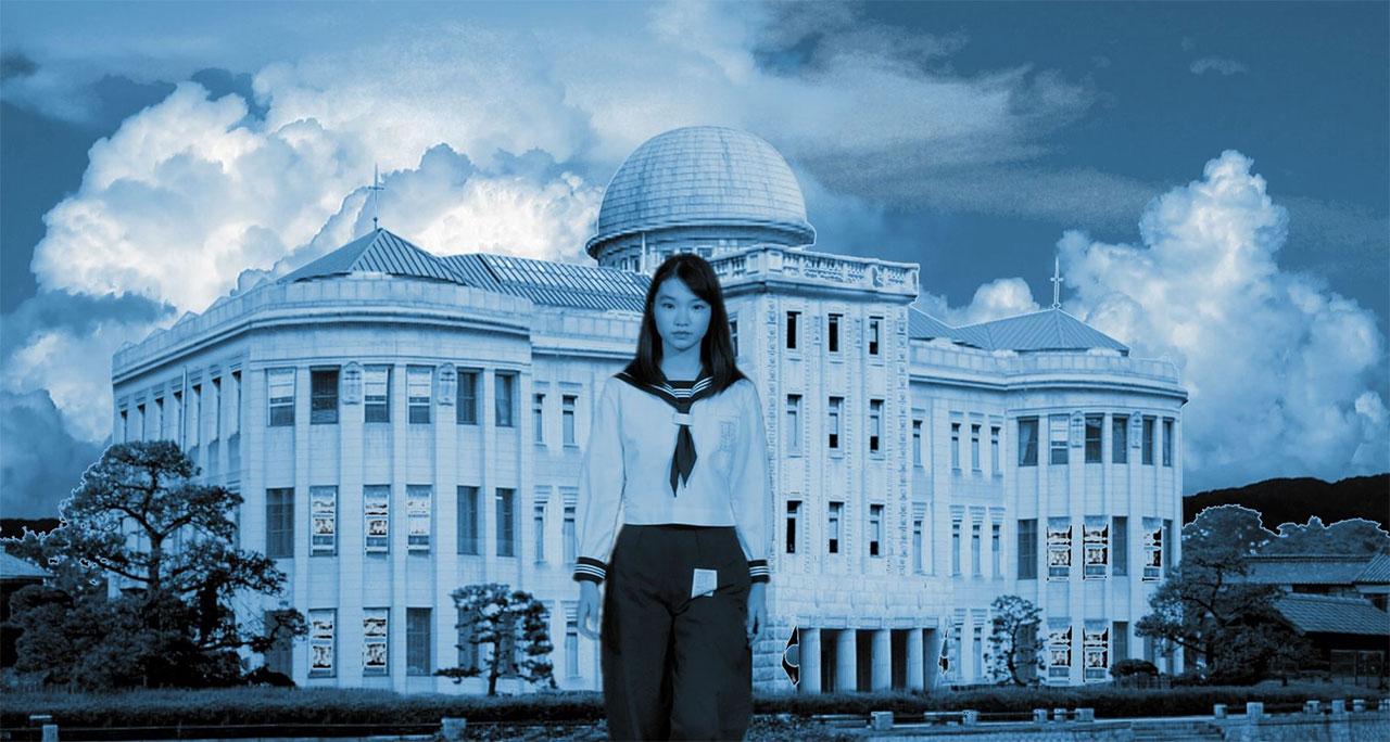 """Filmstill aus """"Labyrinth of Cinema"""": Frau in Schuluniform vor großem Gebäude"""
