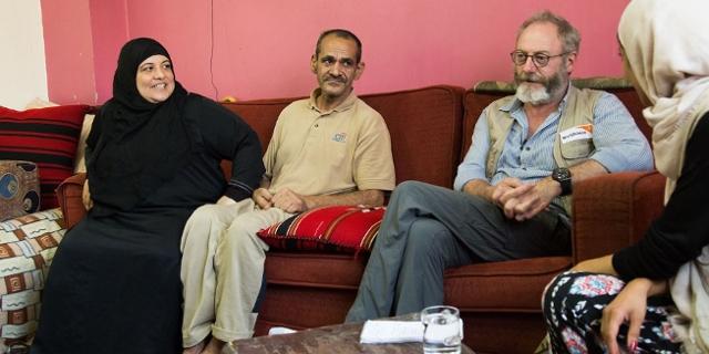 Liam Cunningham arbeitet für World Vision, sitzt mit 2 Menschen auf einem Sofa
