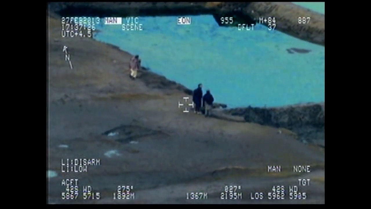Blick durch eine Kamera in einem Militärhubschrauber, die die Nacht zum Tag macht.