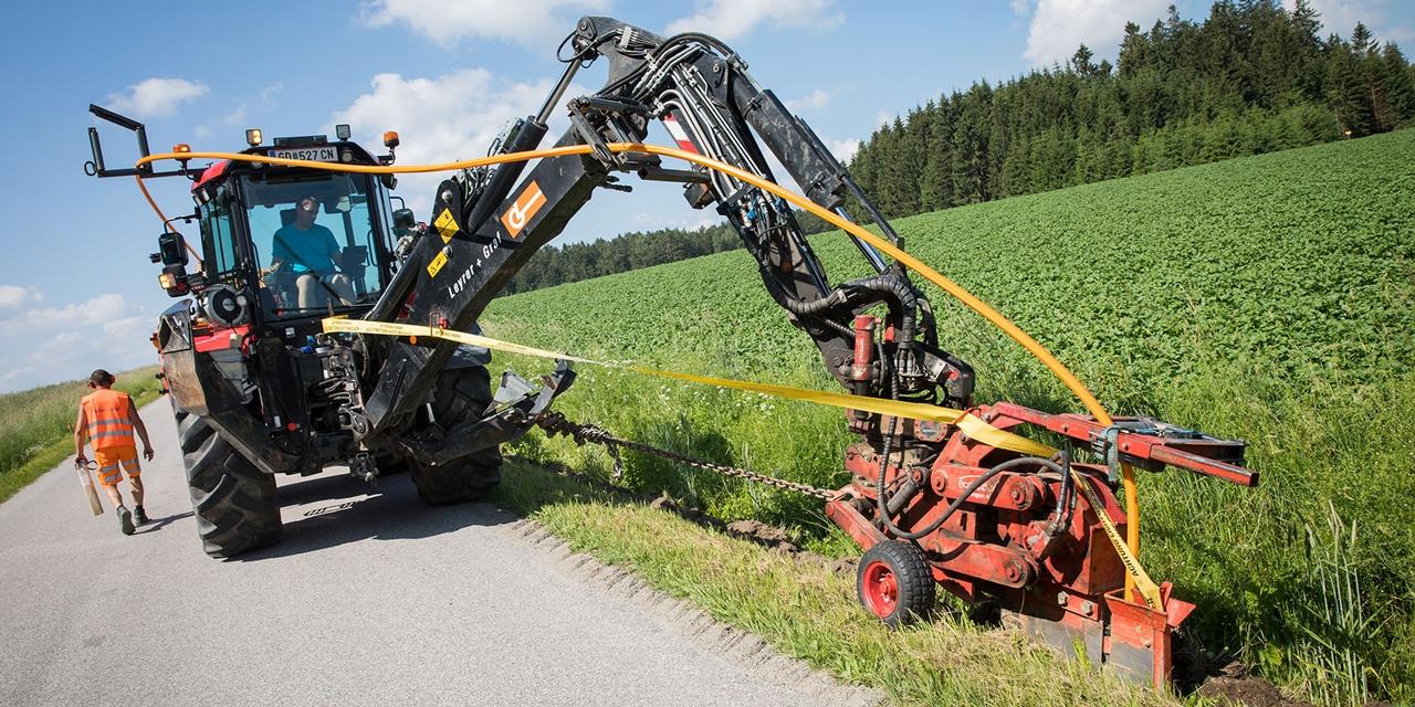 Traktor bei Verlegearbeiten