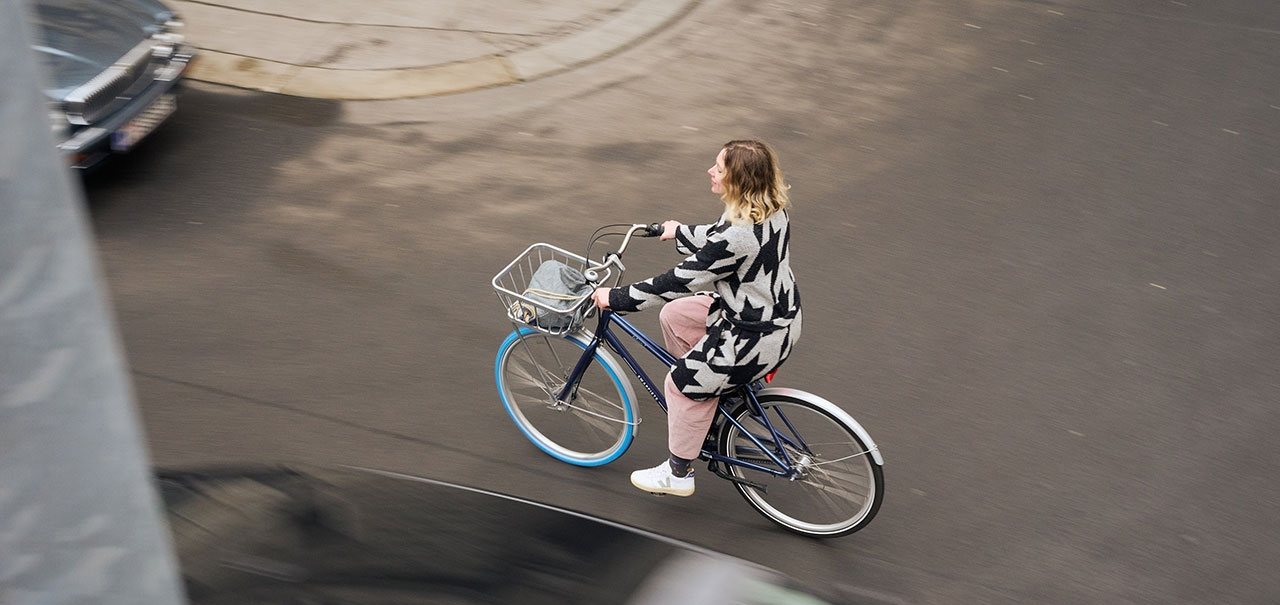 Frau auf einem Holland-Rad
